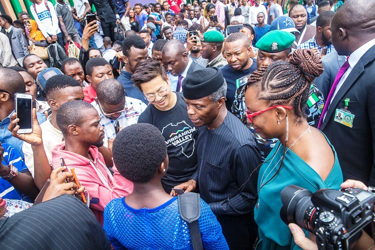 VP Osibanjo interracts with young Nigerians at the launch of Google Sttion in Lagos. Image :Chronicle.ng